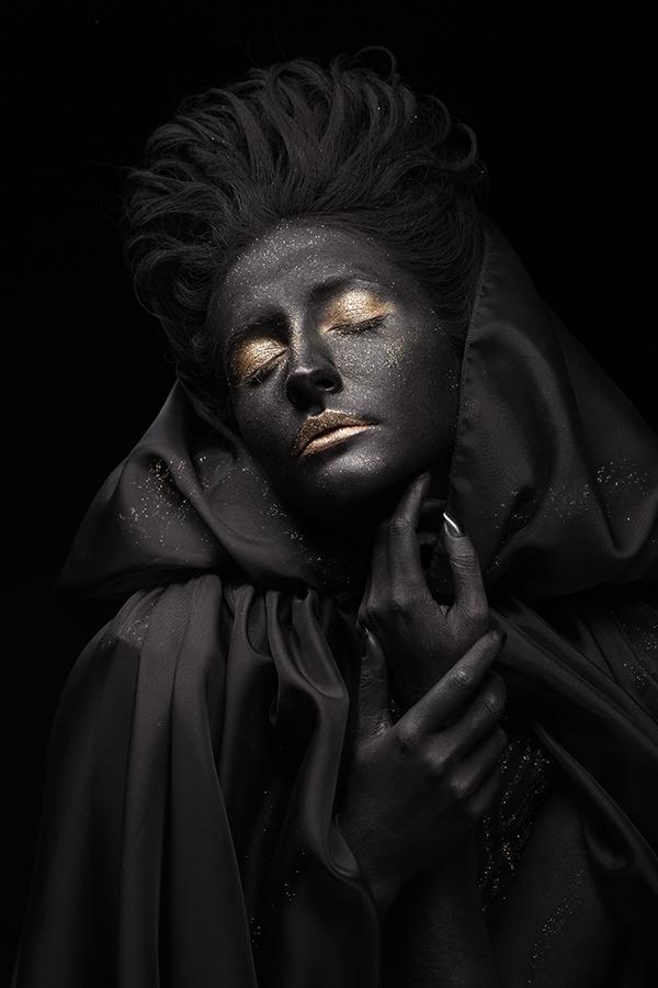 Спящее чёрное лицо девушки