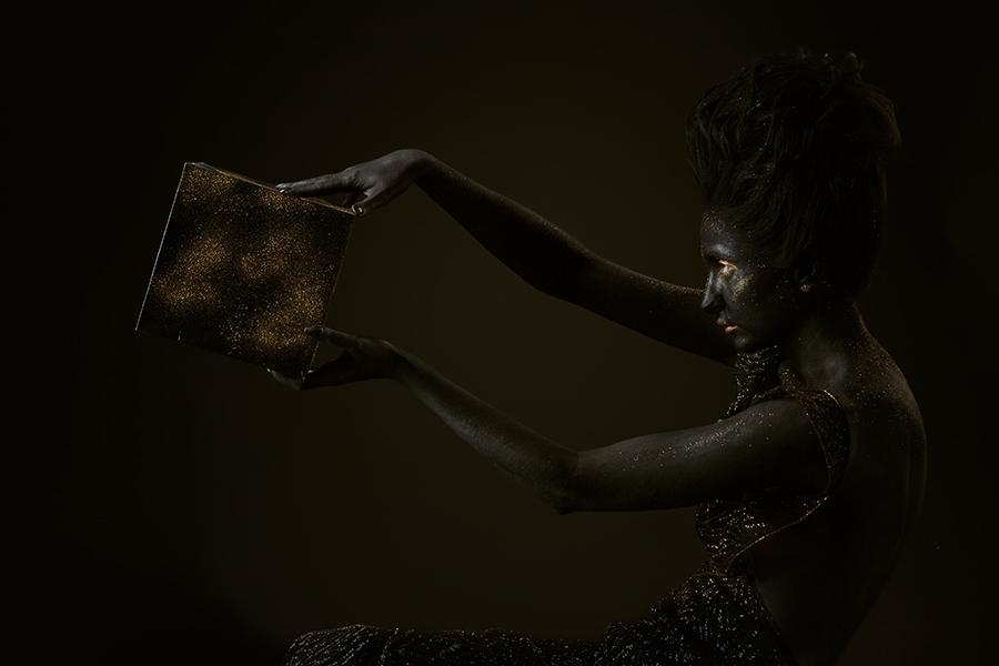 черная девушка держащая куб в профиль