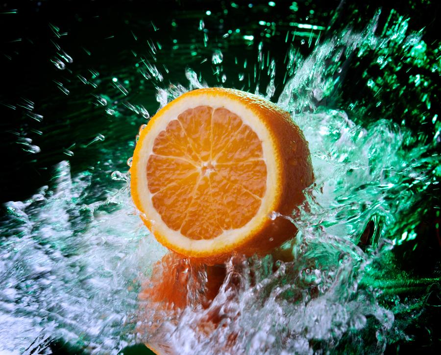 Сочный лимон в водяных брызгах, предметная фотосъёмка продуктов питания