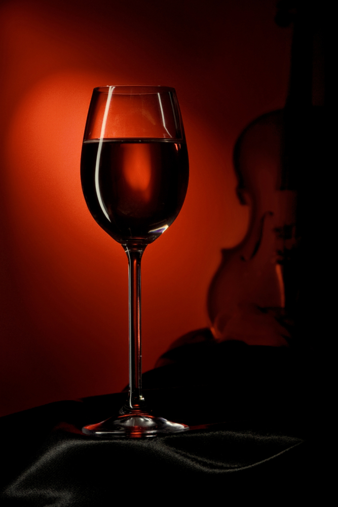 Приятный вечер с бокалом красного вина и музыкой скрипки