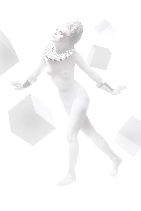белая девушка идёт в тумане полуобнаженная