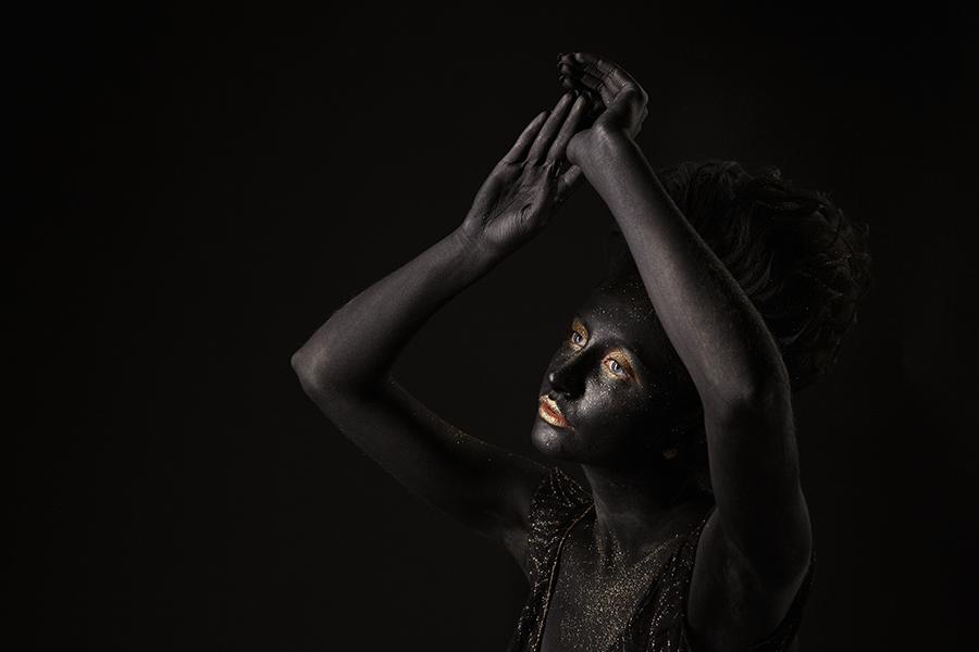 Чёрное лицо девушки с задумчивым выражением