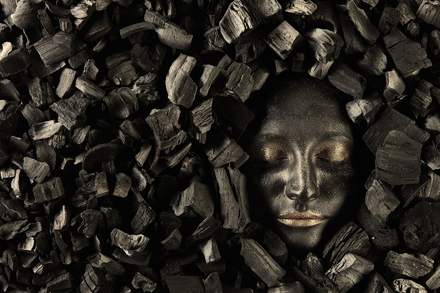 Чёрное лицо среди чёрных углей