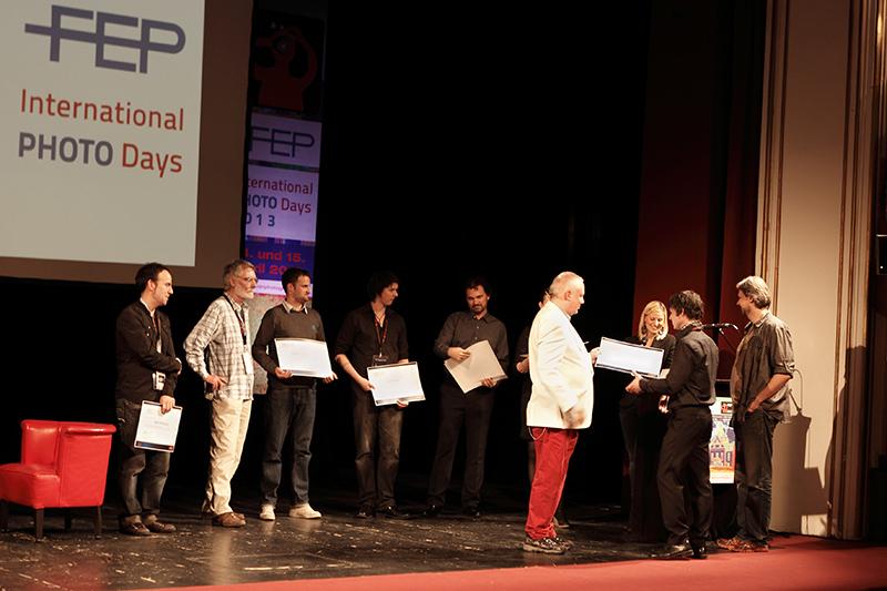 Владимир Щукин получает награду на сцене театра в Австрийском Гмюндене