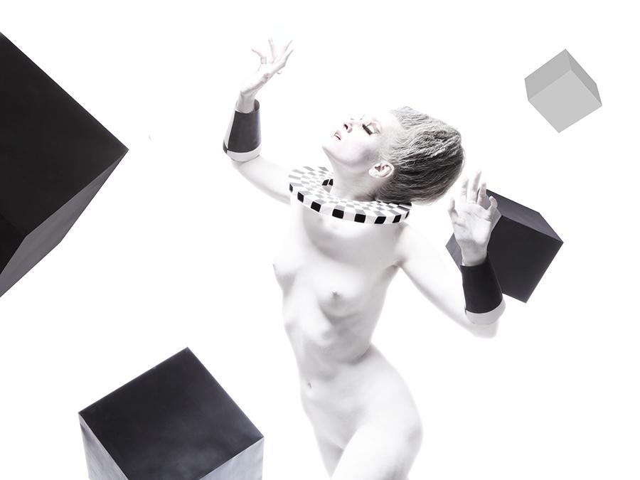 белое обнажённое тело девушки в порыве борьбы