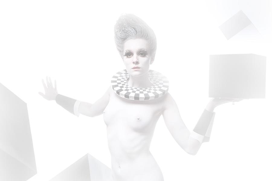 Туманный женский портрет по пояс в белом гриме