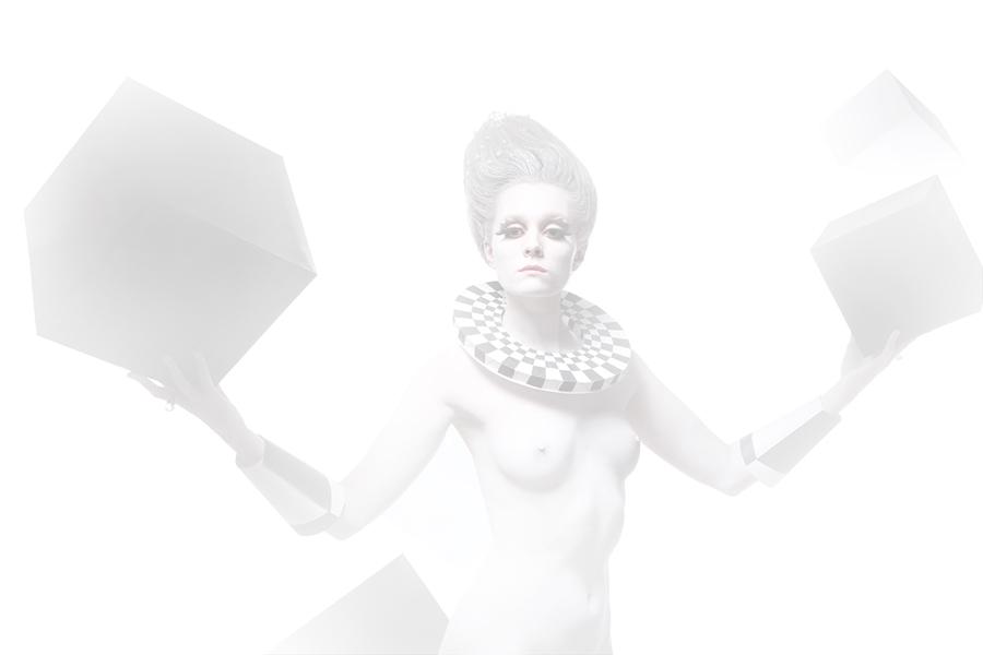 женщина в белом гриме по пояс