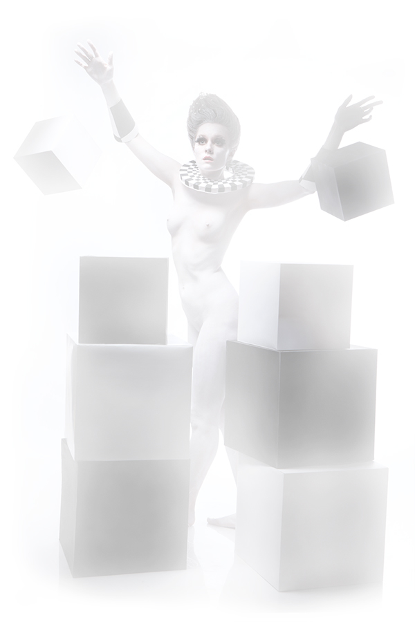 девушка в белом гриме в полный рост