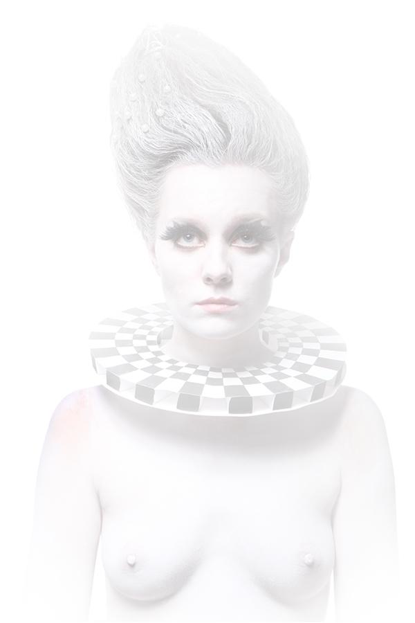 погрудный портрет девушки в белом гриме, боди арт