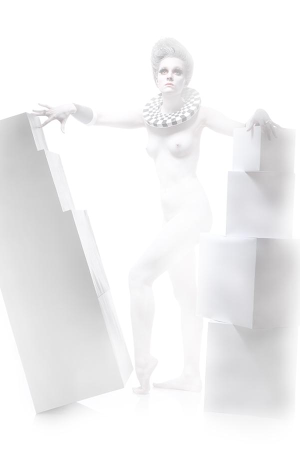 обнажённая девушка в белом гриме в полный рост