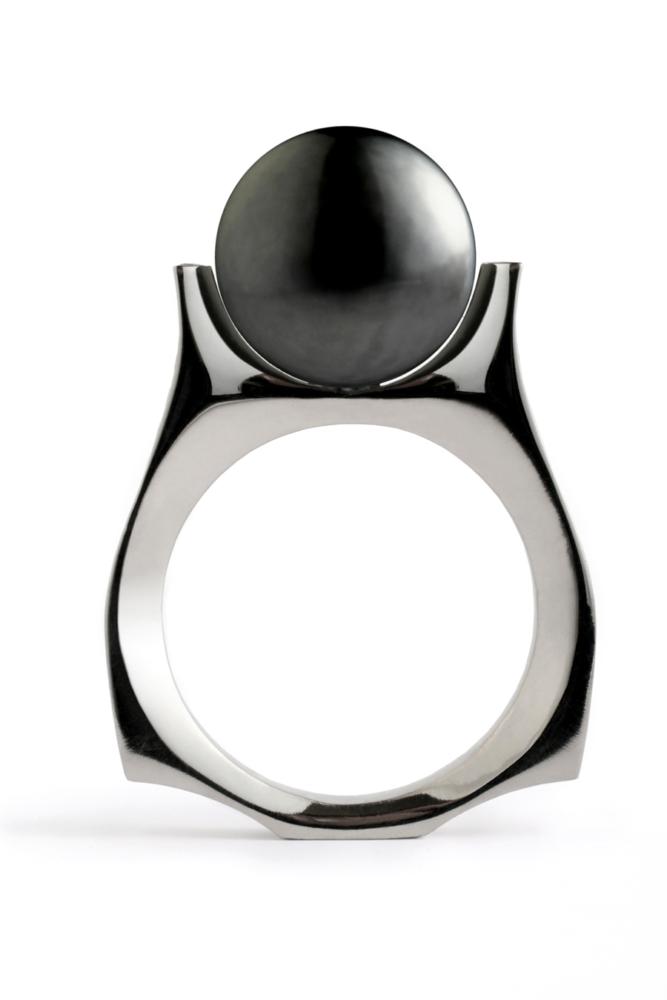 золотое кольцо с чёрным жемчугом
