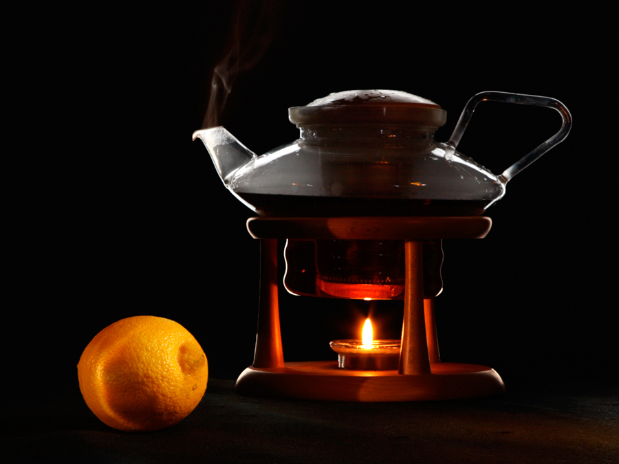 Горячий чай с лимоном, закипает