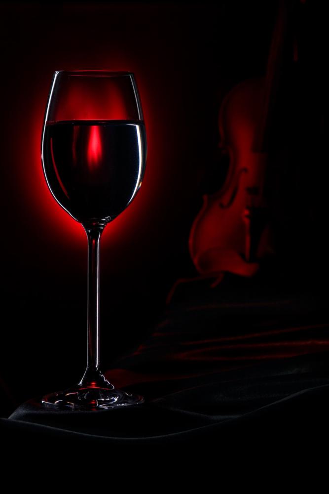 Вечер с бокалом красного вина и скрипкой