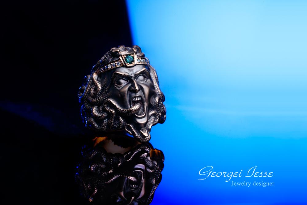 Кольцо с изумрудом Медуза Гаргона
