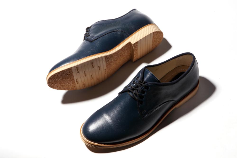 синие ботинки, белый фон, Flat Lay