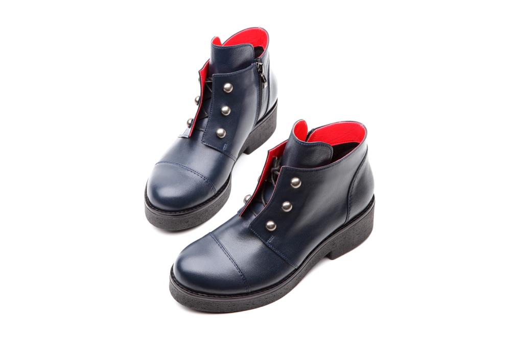 синие кожаные ботинки с красной отделкой, белый фон