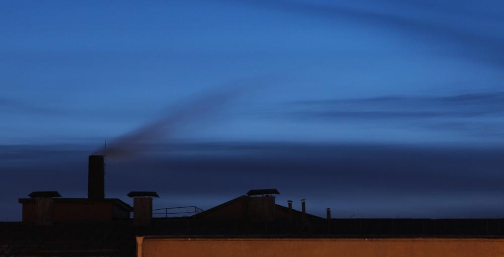 крыша дома с дымом из трубы