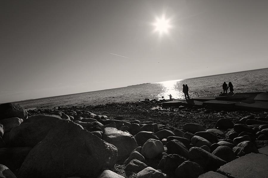 Яркое солнце и каменистый берег финского залива
