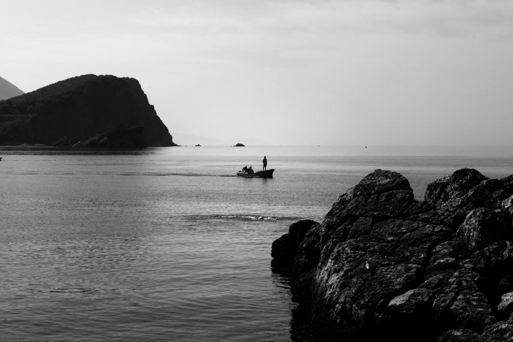 Две чёрные горы и лодка между ними , Черногорье